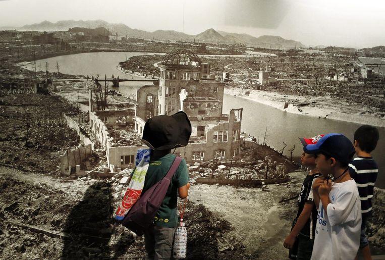 Schoolkinderen bekijken in het Peace Memorial Museum de foto van de resten van Hiroshima. Beeld epa