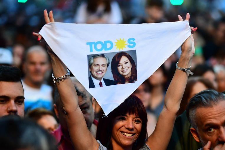 Een aanhanger van Alberto Fernandez en zijn running mate oud-president Christina Kirchner in Buenos Aires.