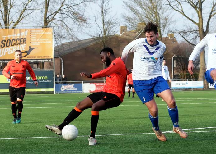 Kruisland-speler Mardoche Mputu (links) wordt in de zestien neergehaald door Sam Snoeijs (Cluzona) Het gevolg: de 3-0 uit een penalty.