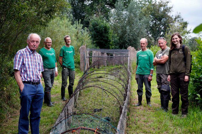 Links: vrijwilligers Bert Berendsen en Kees Kroon, oud-kooiker Henk Manschot. Rechts: vrijwilliger Wim van Aartrijk, huidig kooiker Jarco de Jong en boswachter Lieke Kragt. Oud-kooiker Gerrit Streefkerk was ook aanwezig, maar ontbreekt op de foto.