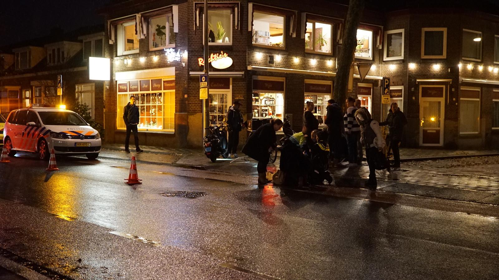 Omstanders bekommeren zich om de gewonde vrouw in Deventer