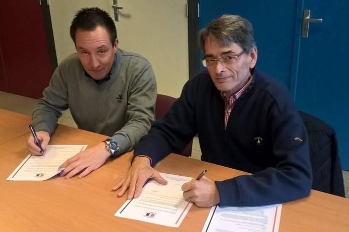 Ronny Everaerts (l) en Wilhelmina Boys-voorzitter Andor Jansen tekenen de overeenkomst.