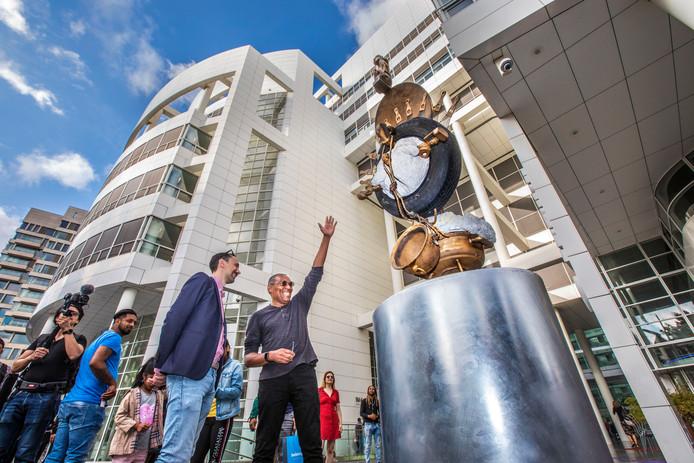 Nieuw kunstwerk van Tirzo Martha (midden met zonnebril) voor het Haagse stadhuis.