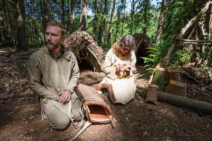 Cursusleiders Thijmen Apswoude en Willow Lohr overleven in de bossen bij Bladel.