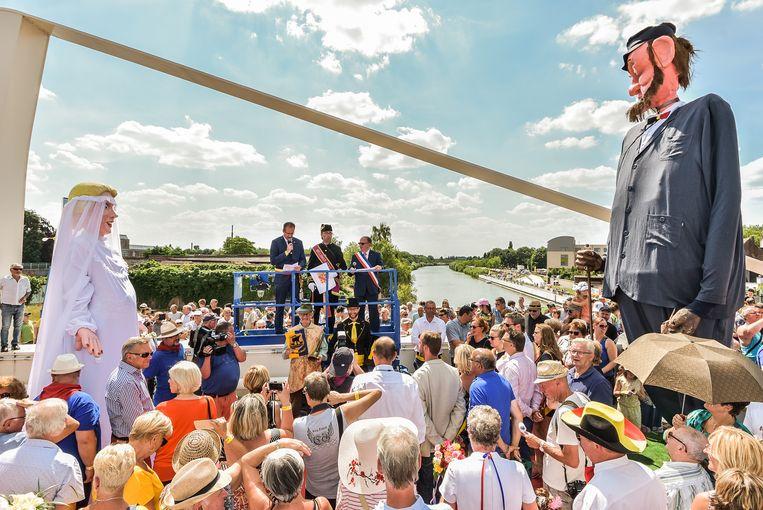 Het huwelijk tussen beide reuzen werd in juli 2018 op de grensbrug voltrokken.