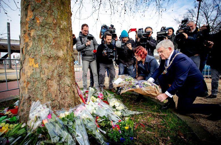 Burgermeester Jan van Zanen en wethouder Linda Voortman leggen bloemen op het 24 Oktoberplein, de dag na het schietincident. Beeld anp