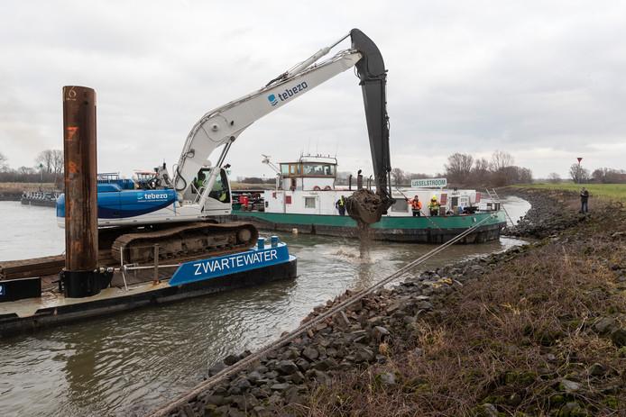 Er moest een kraanschip aan te pas komen om het vrachtschip IJsselstroom los te trekken. Het tachtig meter lange schip blokkeerde meer dan een dag de IJssel.