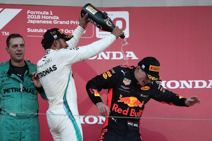 2018: Lewis Hamilton spuit champagne over Max Verstappen.