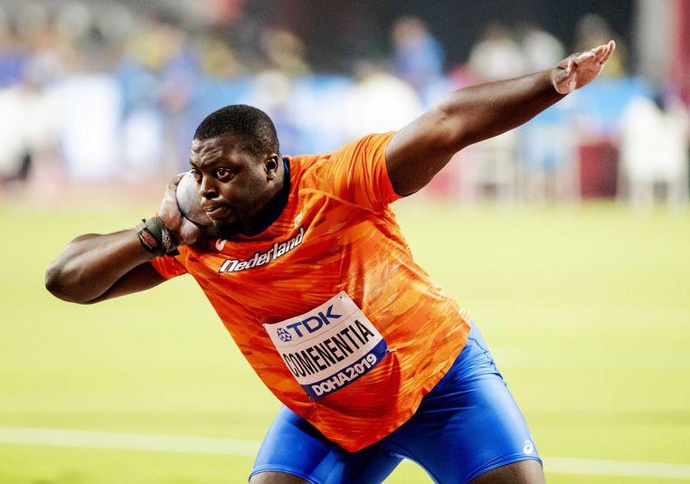 Denzel Comenentia in actie het kogelstoten op de wereldkampioenschappen Atletiek in Doha. Beeld ANP