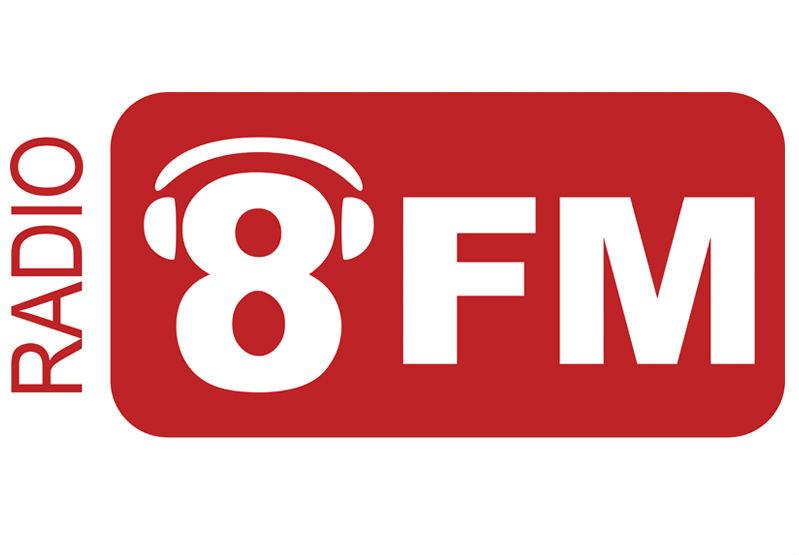 Het logo van Radio 8FM