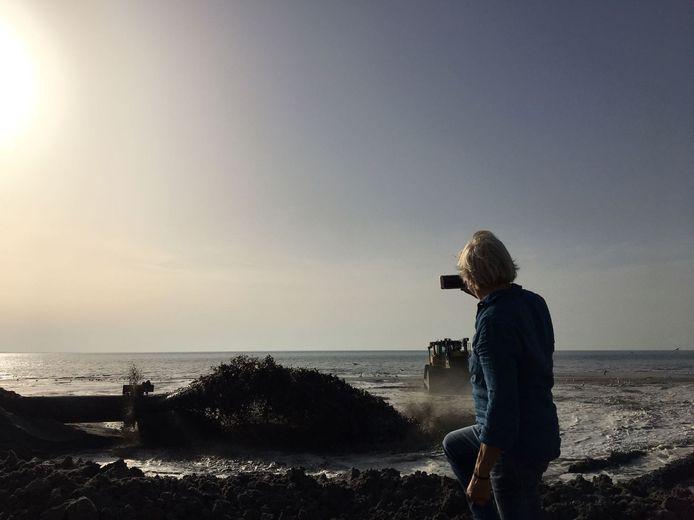 Zand wordt opgespoten op de stranden van Burgh-Haamstede en Westenschouwen