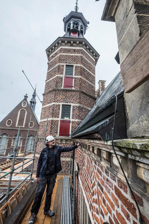 Steenhouwer Hessel Koetze uit Maarssen is op inspectie voor de restauratie van het oude stadhuis van Gennep.