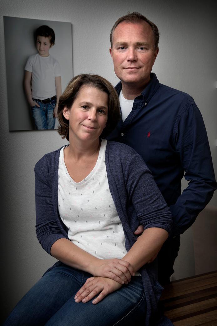 Arjen en Bianca de Weijert, met op de achtergrond een foto van Jasper. Foto Kees Martens.