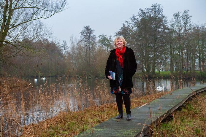 Annerieke de Vries (56) schreef Ondersteboven, een roman over wanhoop, angst, achterblijven en levenskracht van een moeder na de zelfdoding van haar jonge zoon.