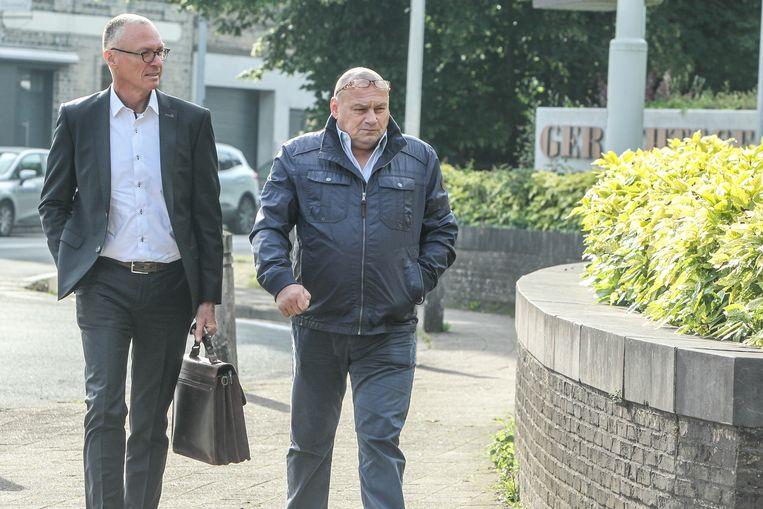 Roland Liboton met zijn advocaat René Van Leeuwen op weg naar de rechtbank van Veurne.