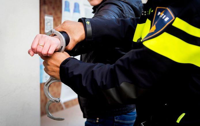 Politieagenten verrichten een aanhouding, foto ter illustratie.
