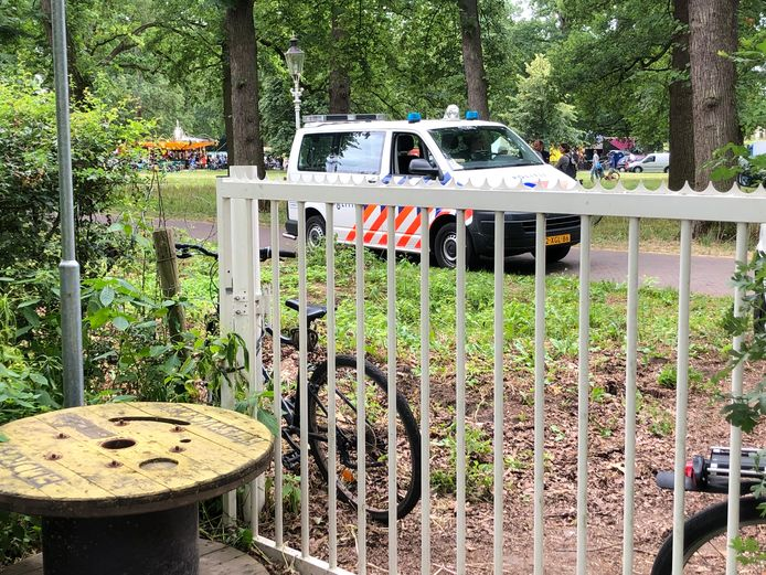 De politie nam een fiets mee (de linker fiets op de foto) voor onderzoek. Deze stond geparkeerd tegen een hek, buiten de camping.