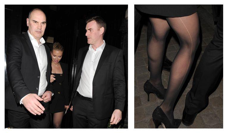 Scarlett Johansson tijdens het verlaten van de afterparty van de Baftas, waarbij een grote ladder in haar panty te zien was.