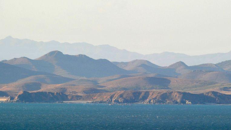 De Noord-Koreaanse kustlijn gezien vanuit Zuid-Korea. Beeld anp