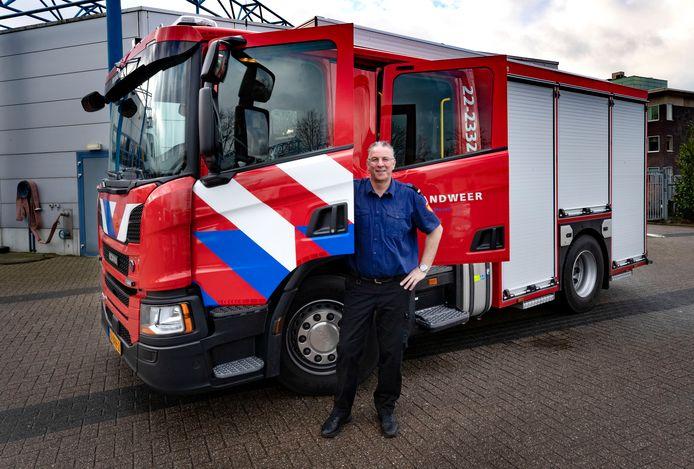 Projectleider TS Jos van der Mierden bij het nieuwe brandweervoertuig.