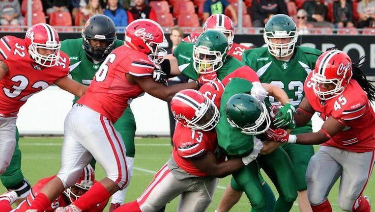 Crusaders Marcus Evans (#13 Rood) en Denzel Oosterwolde (#45 rood) maken een eind aan een Kevin Wessling running play (groen). Beeld Bob de Calone