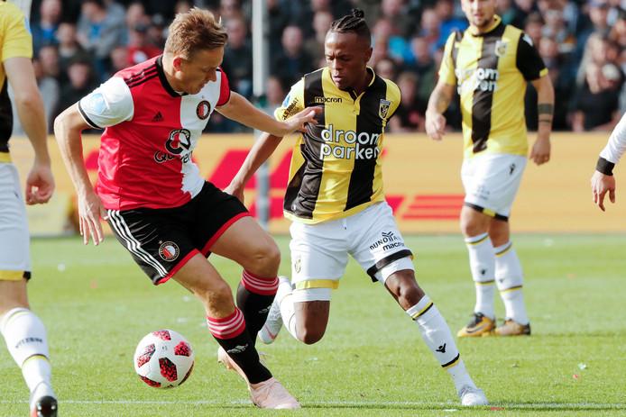 Jens Toornstra van Feyenoord in duel met Thulani Serero van Vitesse