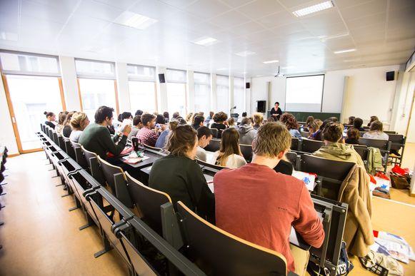 Steeds minder jongeren kiezen voor een talenopleiding. Het aantal studenten daalde in vijf jaar tijd met 23%, blijkt uit onderzoek van de VUB.