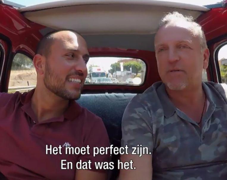 Manuel en Gordon rijden door Rome in een knalrood Fiatje.