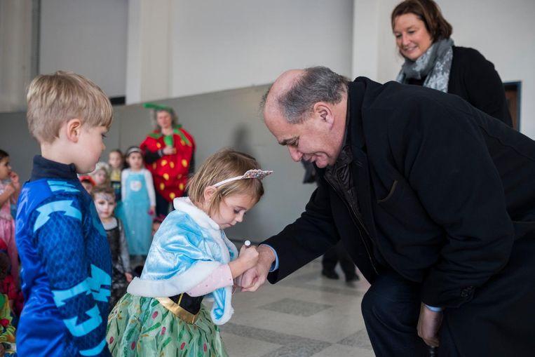 Een prinsesje zet vier stippen op de hand van schepen Marinower, het symbool tegen pesten.