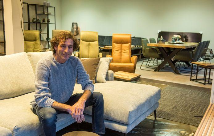 Özden Akgog in zijn nieuwe meubelwinkel aan de dorpstraat in Luyksgestel.