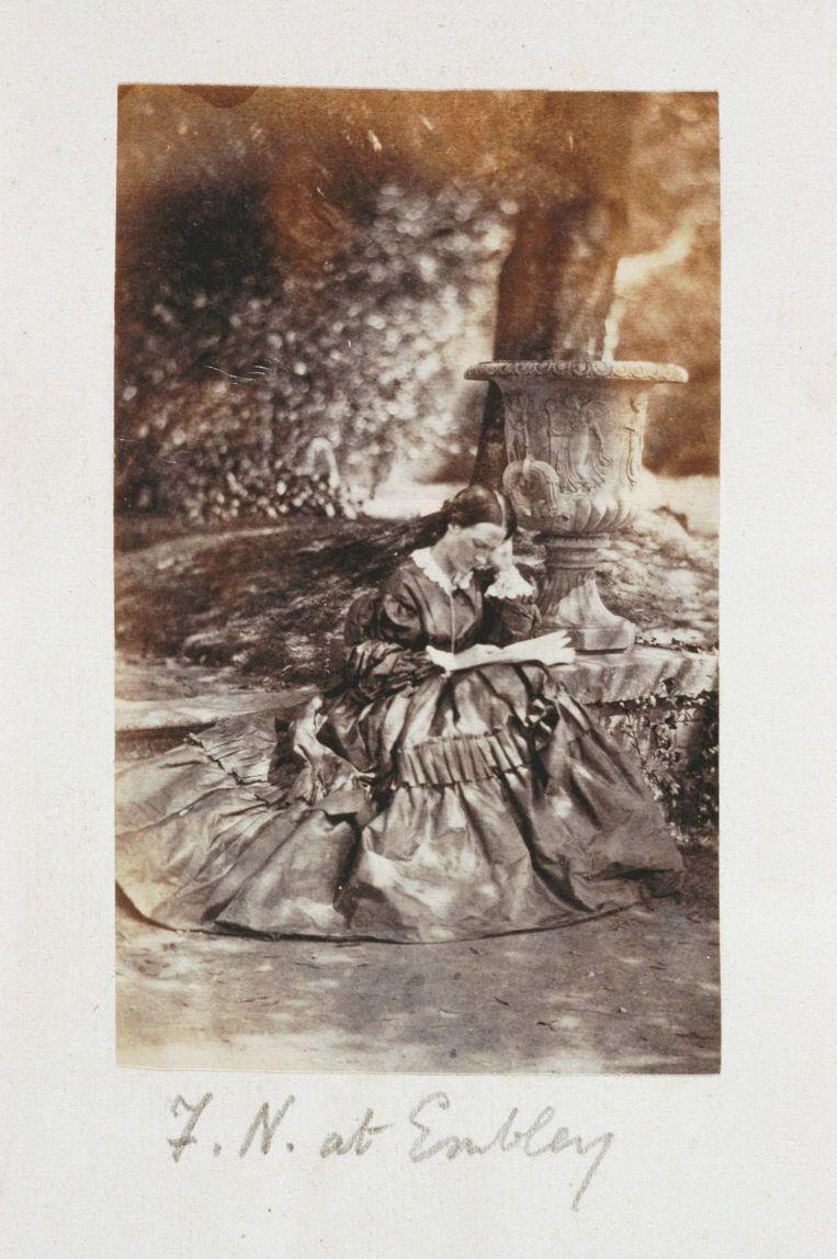 Een historische foto van verpleegster Florence Nightingale thuis in haar tuin. Beeld anp