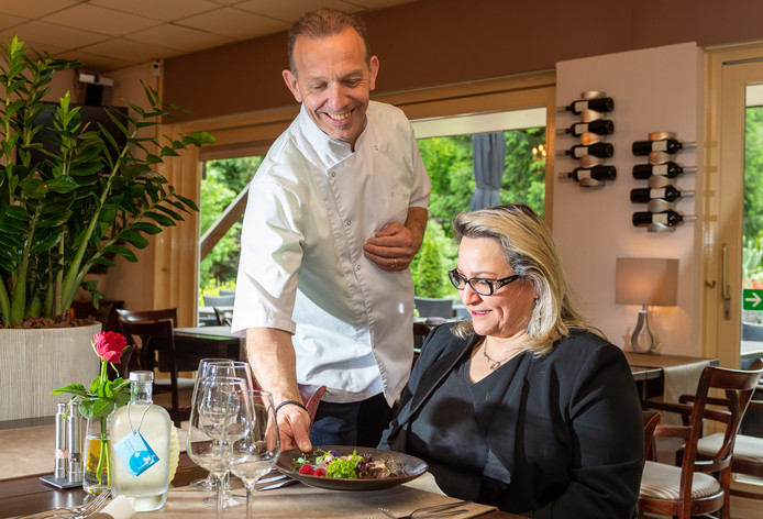 Het Veluws Eethuis in Wissel bij Epe wordt dinsdag geïnaugureerd door Euro-Toques. Eigenaar en chefkok Bertus Stijf serveert zijn echtgenote Betty Darabnia-Stijf één van zijn favorieten: kalfslende met een mosterdhoningsaus.
