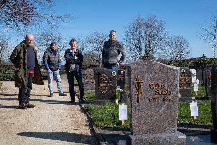 Marcel Van Hoof  (tweede van rechts) met enkele nabestaanden. Voor de graven die ontruimd zouden worden, staan waarschuwingsbordjes.