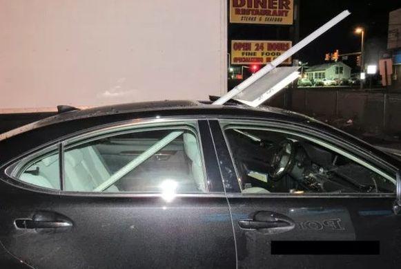 De dronken bestuurster had geen idee van wat er uit het dak van haar auto stak.