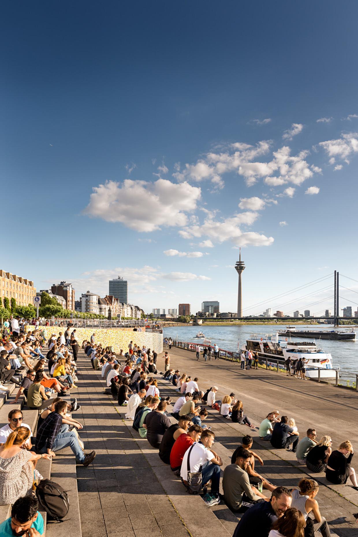 De Rijntoren van Düsseldorf vanaf de Rijnoeverpromenade.