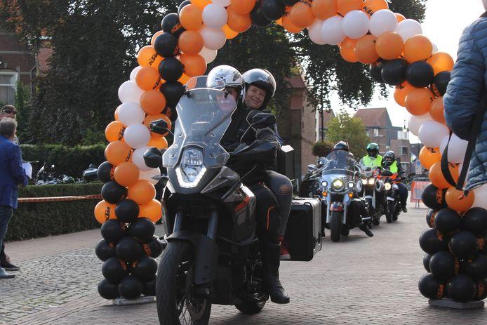 Kinderen genieten in de zijspan of achterop bij de motorrijders in Winterswijk.