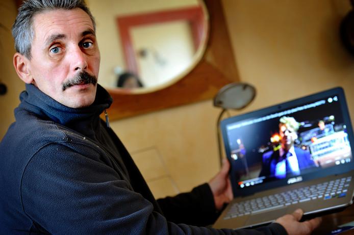 Vladimir Hornicek met op zijn laptop de video die hij heeft gemaakt van wethouder Vincent van den Bosch.