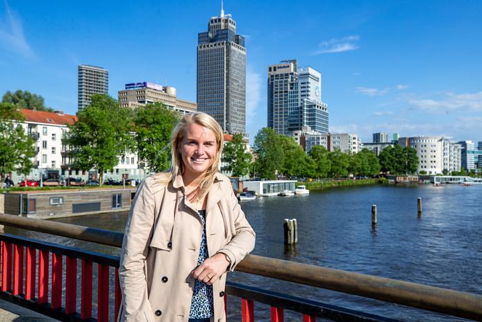 Ilse Kappelle in haar nieuwe thuisstad Amsterdam, op de Berlagebrug over de Amstel.