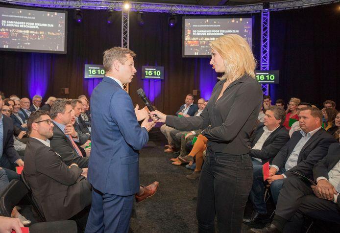 Archieffoto van Contacta 2018.  Dionne Stax, toen nog nieuwslezeres bij de NOS, interviewt gedeputeerde Jo-Annes de Bat.