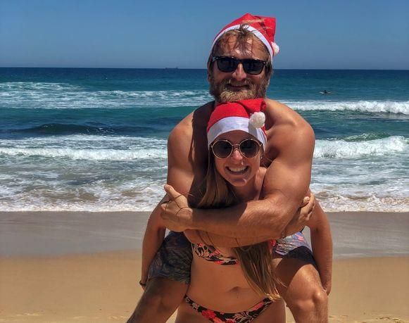 Het is moeilijk voor te stellen voor Europeanen, maar Thomas en Lynn trekken op kerstdag naar het strand. Net zoals nagenoeg alle Australiërs gaan ze er barbecueën. Met een kerstmuts op.