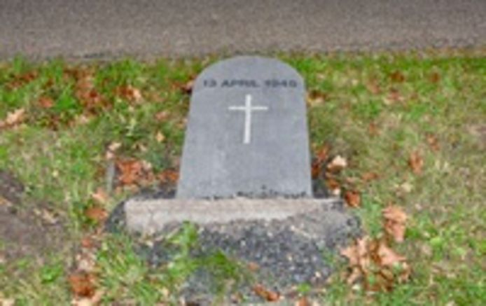 Het herdenkingsmonument dat volgens een ooggetuige omver getrokken is.