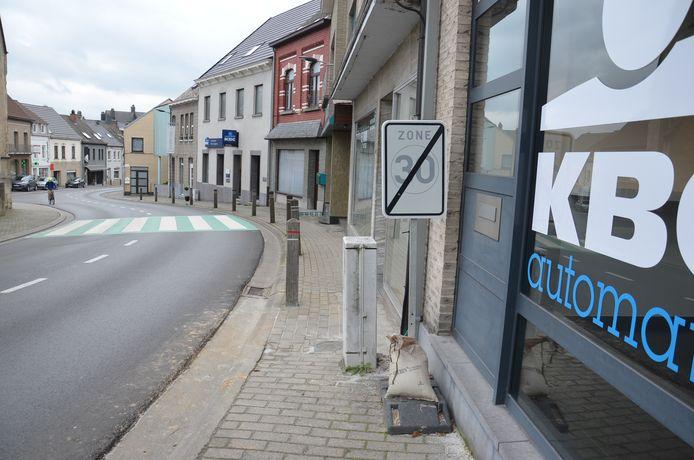 De zone 30 in de dorpskern in Denderhoutem stopt nu op zo'n 20 meter voor de kerk.