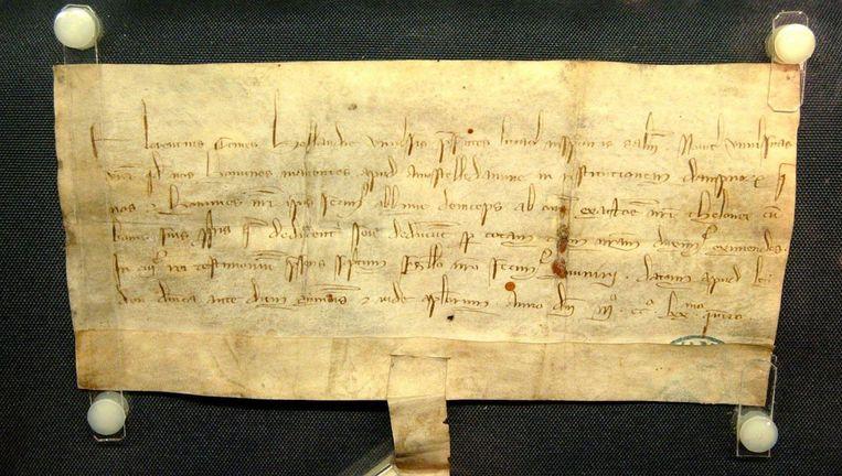 Het oudste document van het Amsterdamse Gemeentearchief, tolprivilege van Floris V uit 1275. Beeld Stadsarchief