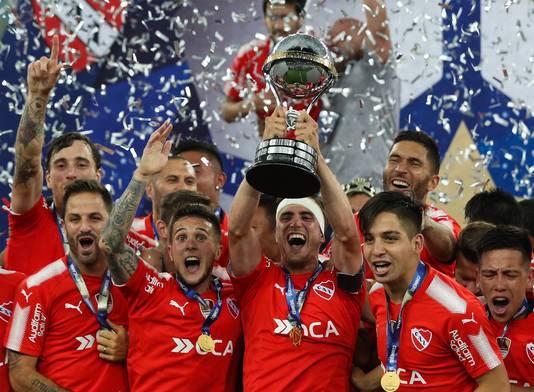 De spelers van Independiente met de Copa Sudamericana.