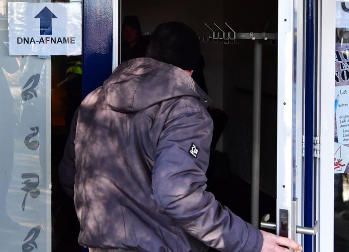 Een man staat in de rij voor een afnamelocatie waar DNA afgestaan kan worden