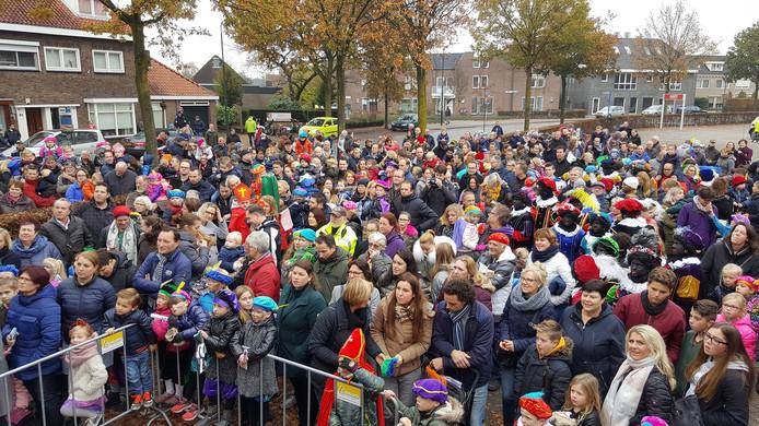 Een grote groep kinderen, ouders, opa's en oma's probeerden een glimp op te vangen van de Sint.