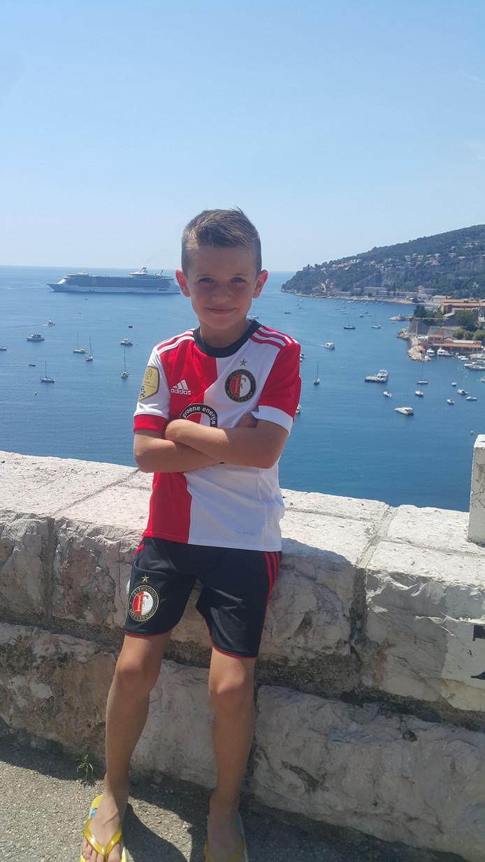 De achtjarige Lucas 't Hart uit Hoogvliet poseert nog maar eens trots in zijn Feyenoordshirt in de baai van het Franse Nice.