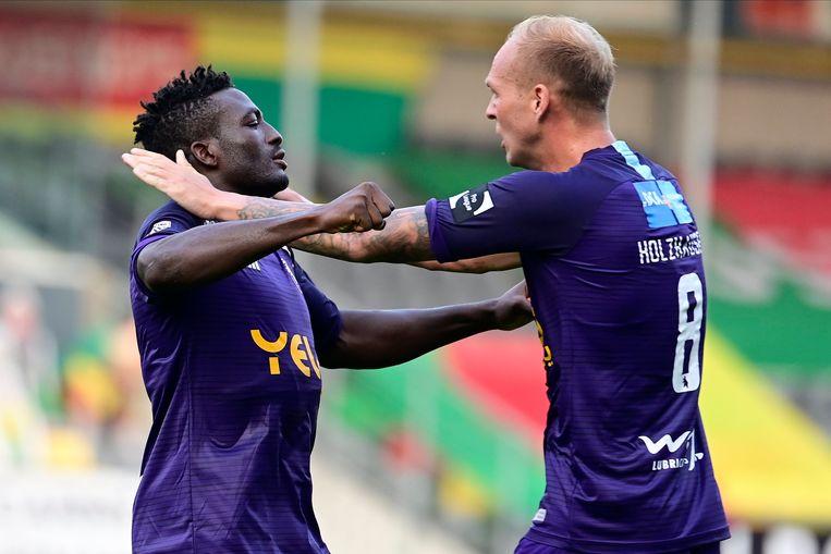 Noubissi en Holzhauser na de winning goal.