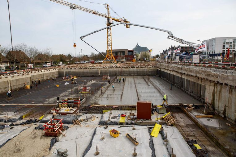 Een pomp van 61 meter hoog pompt het beton vanuit de trucks naar beneden.