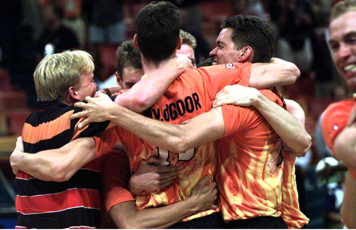 Nederlandse volleyballers pakken goud in 1996 in Atlanta bij de Olympische Spelen. Direct na afloop van de wedstrijd mende Prins Willem Alexander( L ) zich in de feestvreugde.